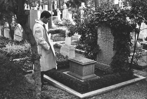 Pier Paolo Pasolini ante la tumba de Gramsci